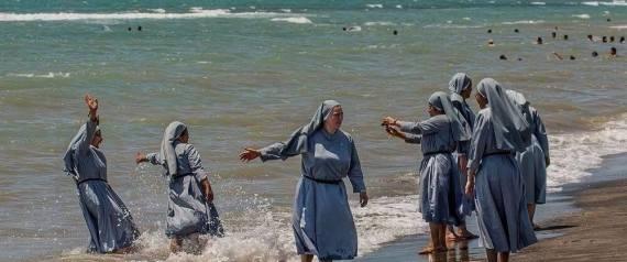 إمام مسجد بإيطاليا يكشف سر صورة لراهبات يلهون على الشاطئ
