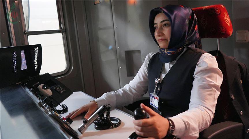 تركيا : 10 سيدات يقدن مترو إسطنبول إلى جانب الرجال