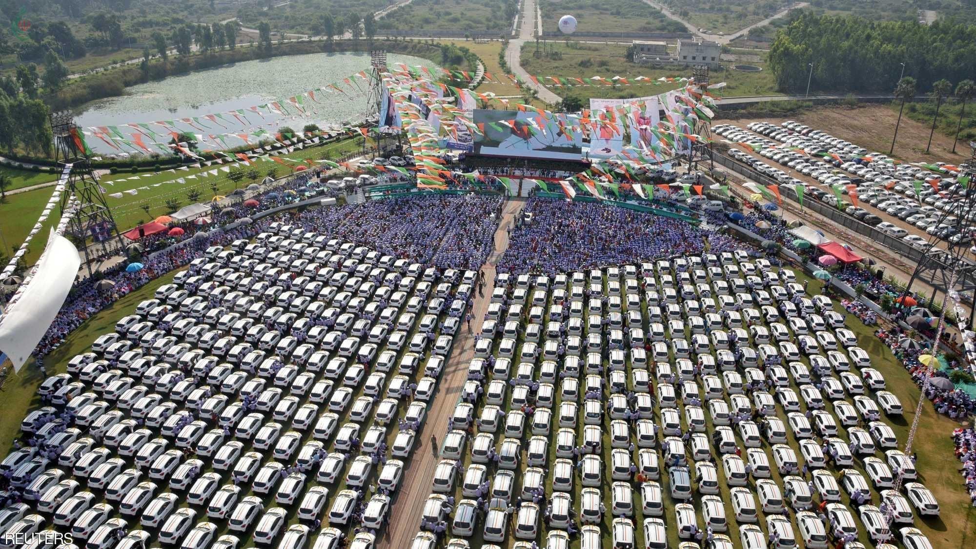 تاجر ألماس هندي يهدي 600 موظف مئات السيارات .. و 1000 موظف آخرين حصلوا على شقق وودائع نقدية