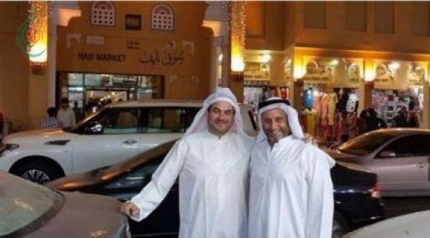 """مسؤول """"إسرائيلي"""" بزي """"تلمودي"""" و ثوب إماراتي في دبي"""