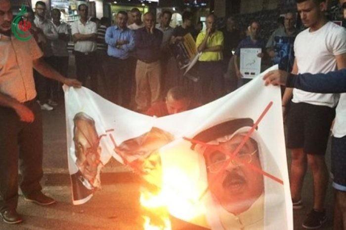 متظاهرون بجنوب الضفة يحرقون صور ملك البحرين