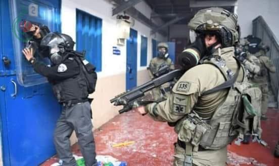 مواجهات بين الأسرى وقوات الاحتلال في معتقل