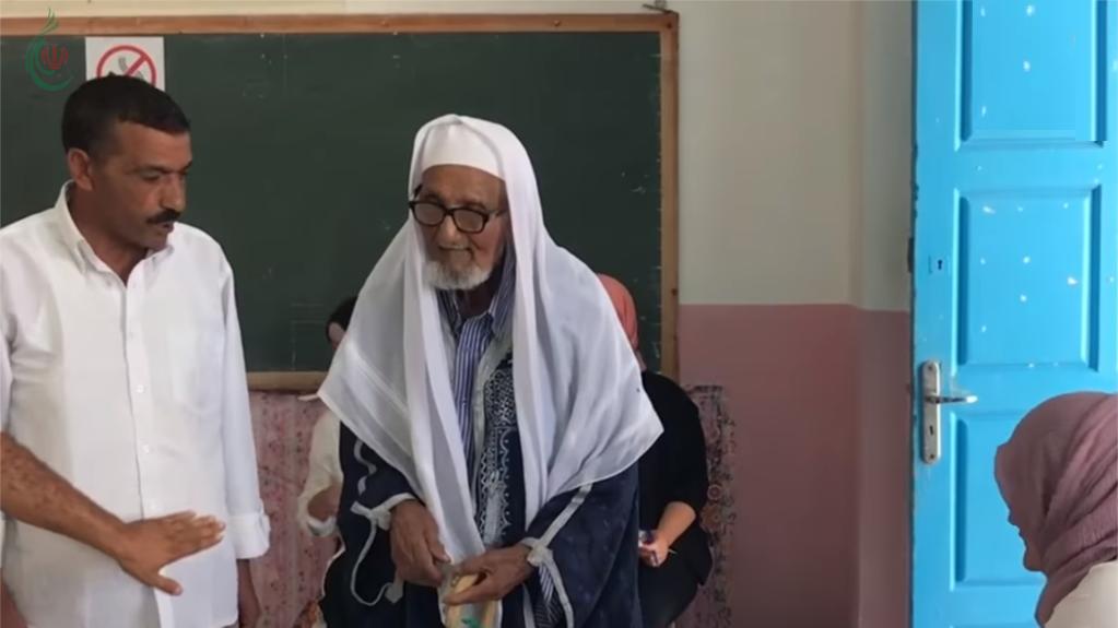 بعمر 108 أعوام .. لم يمنعه سنة من التصويت في الانتخابات التونسية