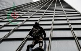 رجل العنكبوت يتسلق ناطحة سحاب تضامناً مع العمال