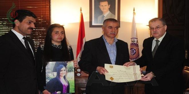 جامعة دمشق تمنح لأربعة من طلابها الذين ارتقوا شهداء في سبيل الوطن شهادات تخرج فخرية تقديراً لتضحياتهم وكرمت أسرهم