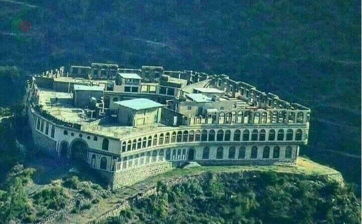 بناء أكبر منزل في اليمن يتسع لــ 25 ألف شخصاً والماء يجري من تحته