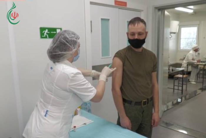 روسيا تبدأ بتطعيم جنودها بقاعدة مطار